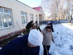 Субботники в  с. Алегазово на территориях  детского  сада, парка, больницы, СДК, школы, почты, организаций, придомовых территорий населения.