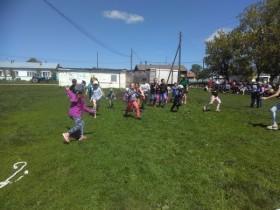 Праздник детства в Буртаковском СК прошёл весело и задорно. Конкурсы, рисунки на асфальте, игры, загадки, весёлые эстафеты, сопровождались детским смехом. В конце праздника все дети получили сладости.