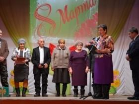 """На праздничном концерте """"Весеннее настроение"""" прошло чествование юбиляров супружеской жизни, проживших в браке 50 лет"""